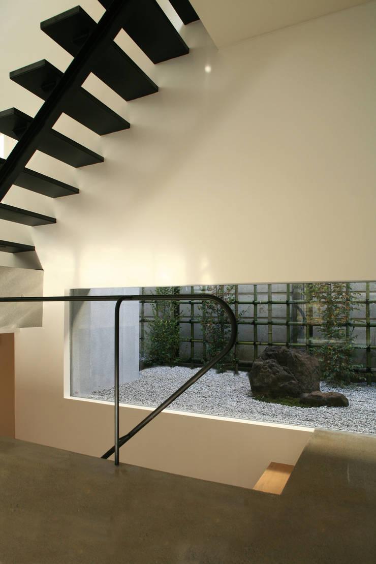 階段と庭: Far East Design Laboが手掛けた廊下 & 玄関です。