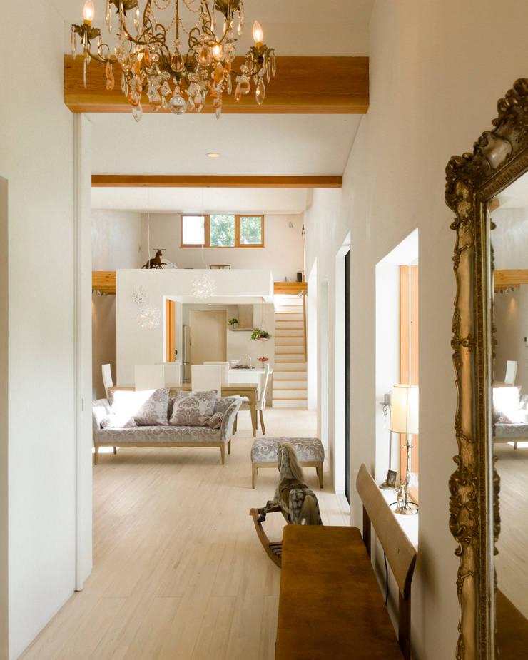 玄関からリビング: Far East Design Laboが手掛けたリビングです。