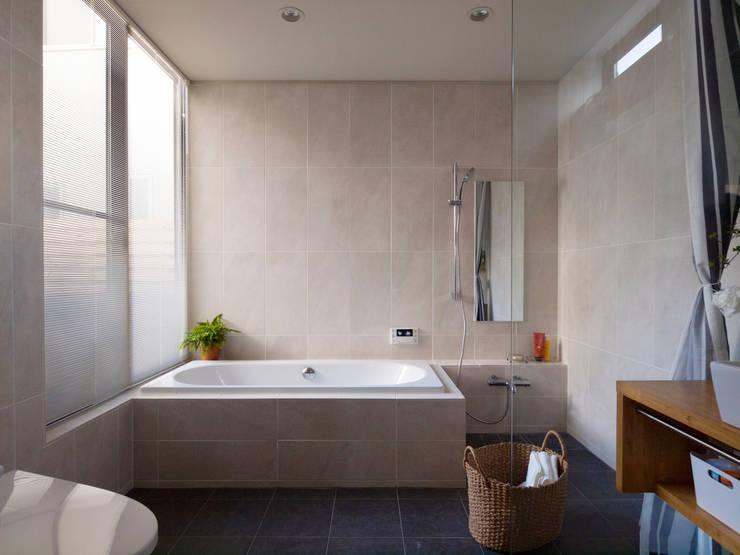 バスルーム: Far East Design Laboが手掛けた浴室です。,