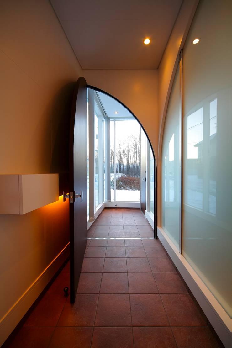 5°: ヒココニシアーキテクチュア株式会社が手掛けた廊下 & 玄関です。