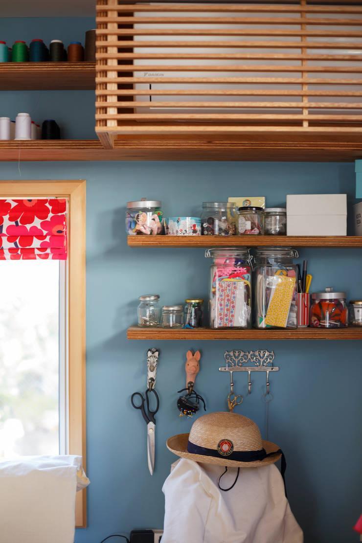 仕事部屋:ミシン: Far East Design Laboが手掛けた和室です。