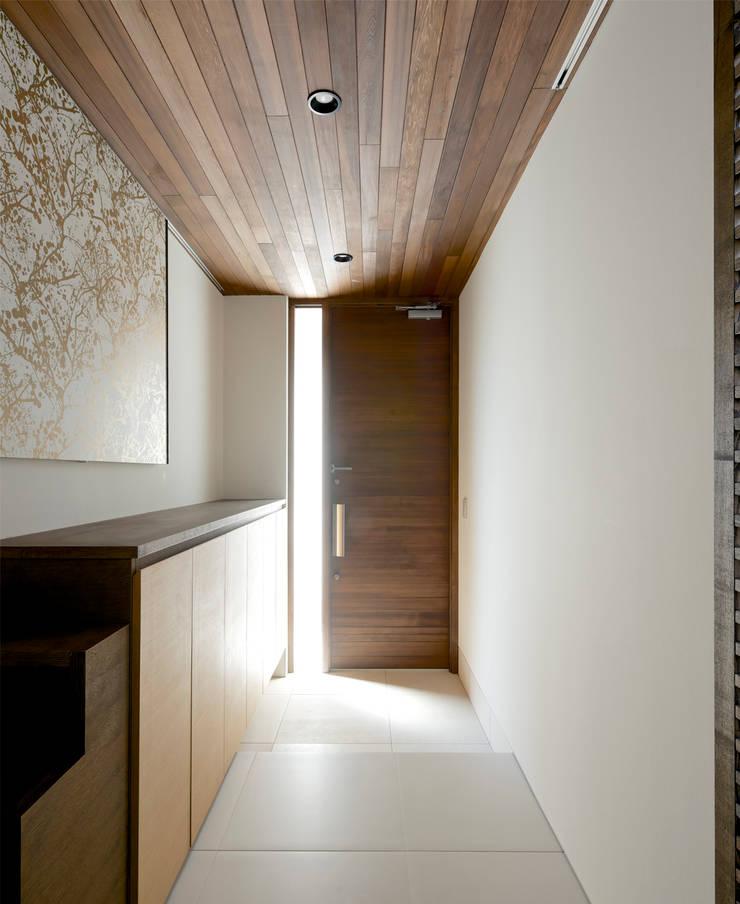 玄関ホール2: H建築スタジオが手掛けた廊下 & 玄関です。