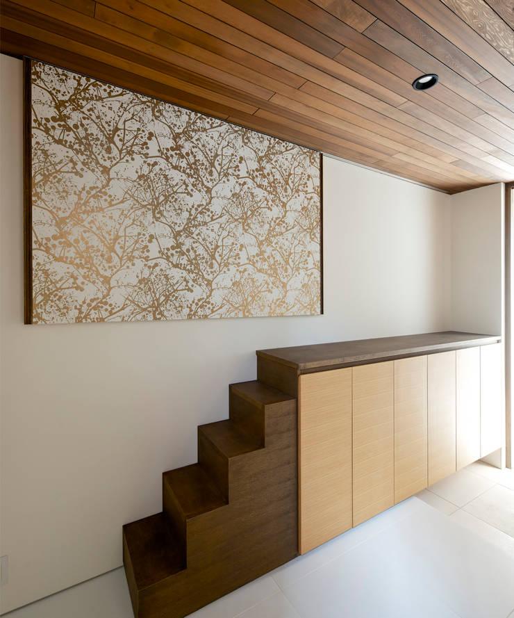 玄関ホール3: H建築スタジオが手掛けた廊下 & 玄関です。