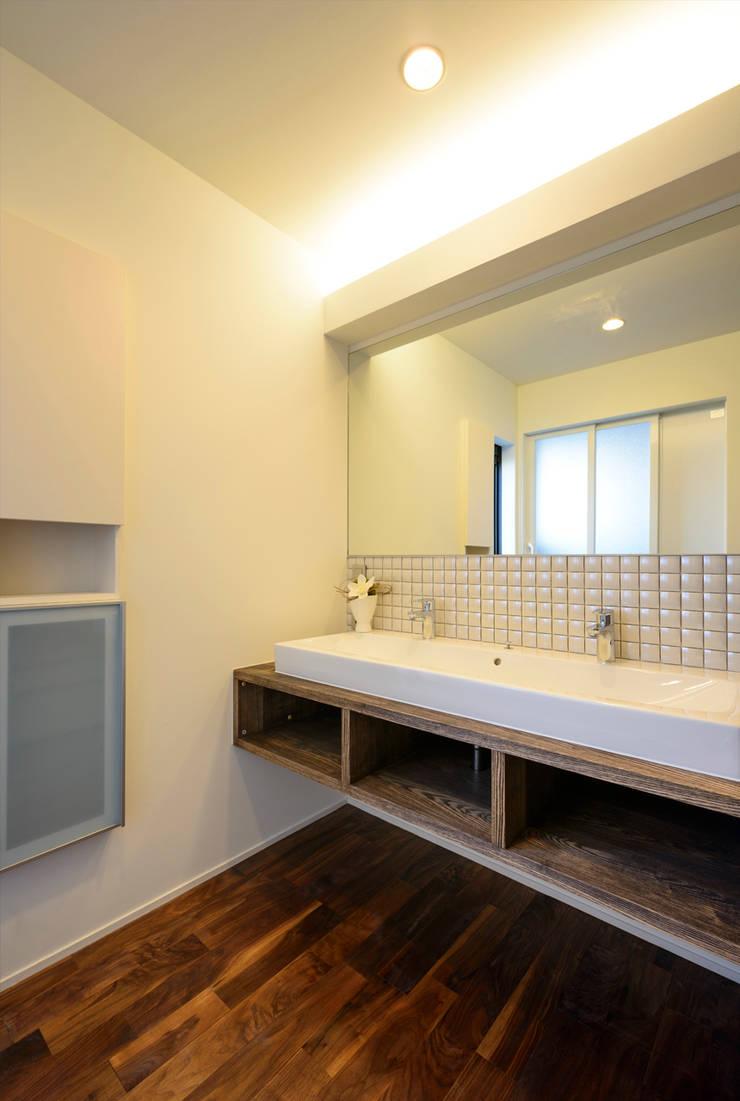洗面所: H建築スタジオが手掛けた浴室です。