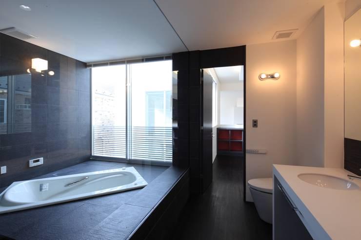 バスルーム: Far East Design Laboが手掛けた浴室です。