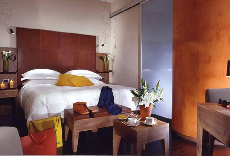 HOTEL ART: Camera da letto in stile  di DEVOTO