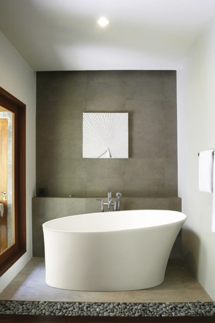 Delicata Slipper Bath:  Bathroom by BC Designs