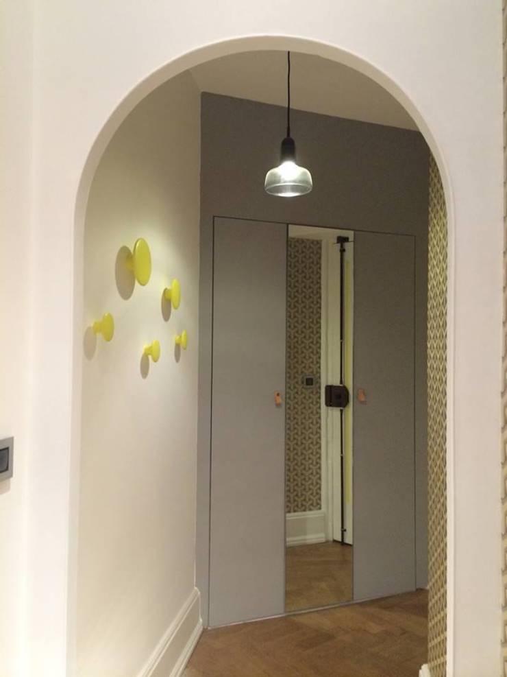 Rénovation d'un appartement à Lyon02/ Bellecour :  Corridor & hallway by Pepper Butter