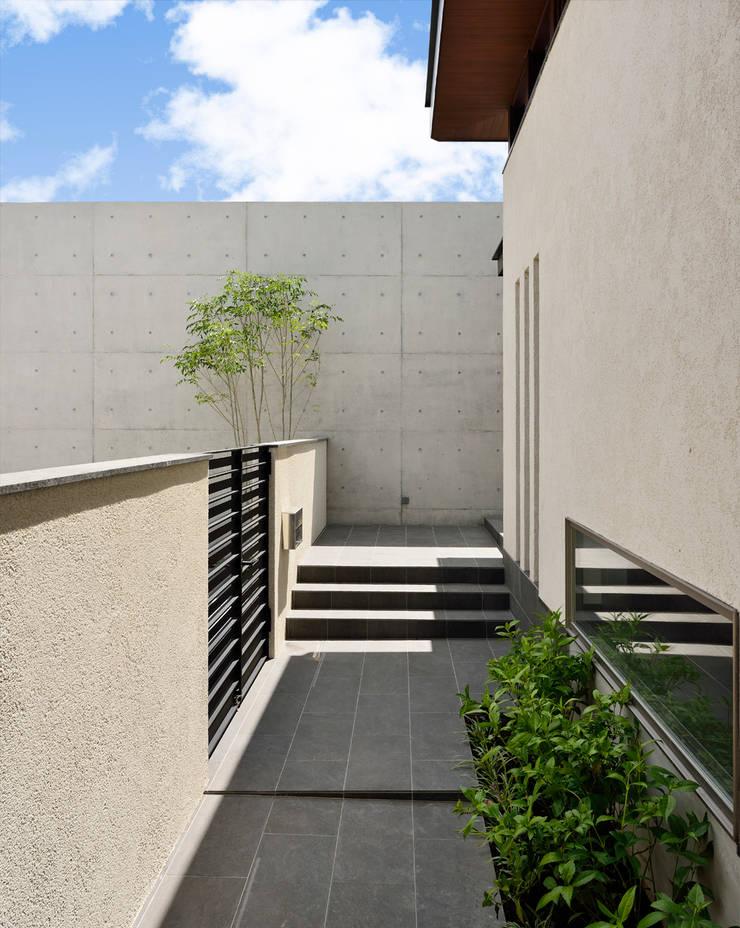 アプローチ: H建築スタジオが手掛けた家です。,