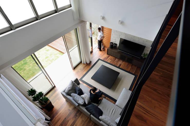 2階廊下より吹抜けから見下ろす: H建築スタジオが手掛けた廊下 & 玄関です。