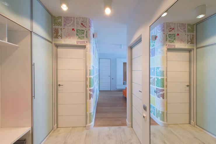 Яркий минимализм: Коридор и прихожая в . Автор – D&T Architects