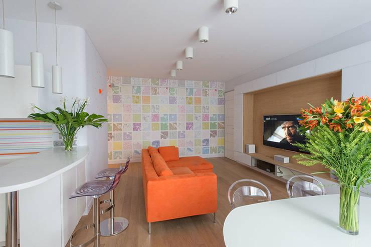 Яркий минимализм: Гостиная в . Автор – D&T Architects