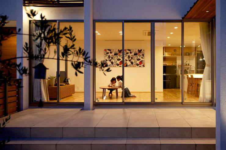 Salas de estilo moderno por H建築スタジオ