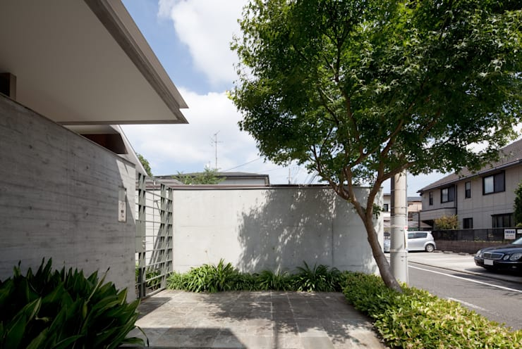 エントランスポーチ: 山崎壮一建築設計事務所が手掛けた家です。