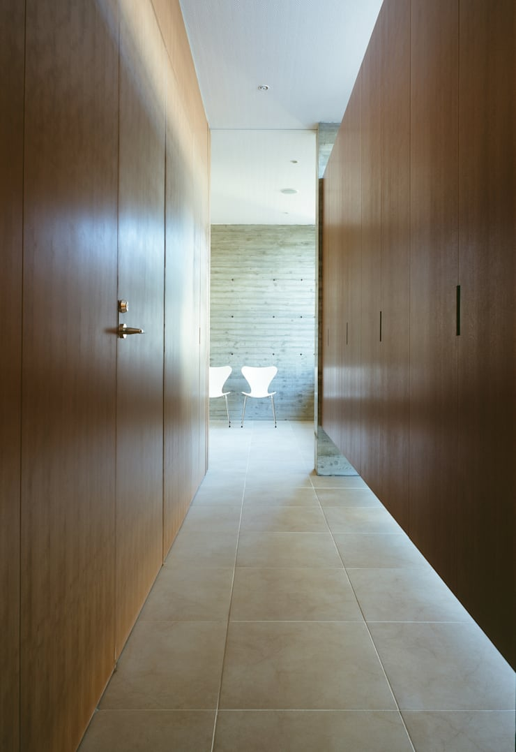 玄関収納: 山崎壮一建築設計事務所が手掛けた廊下 & 玄関です。