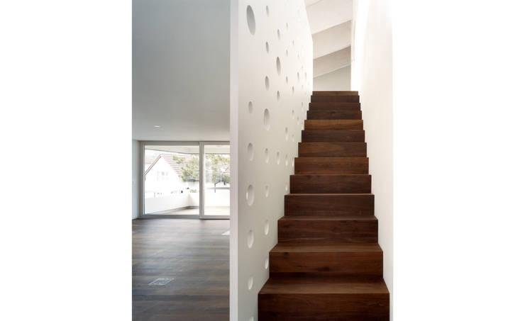 Mehrfamilienhaus Wiesengrundstrasse: klassische Wohnzimmer von weberbuess Architekten SIA