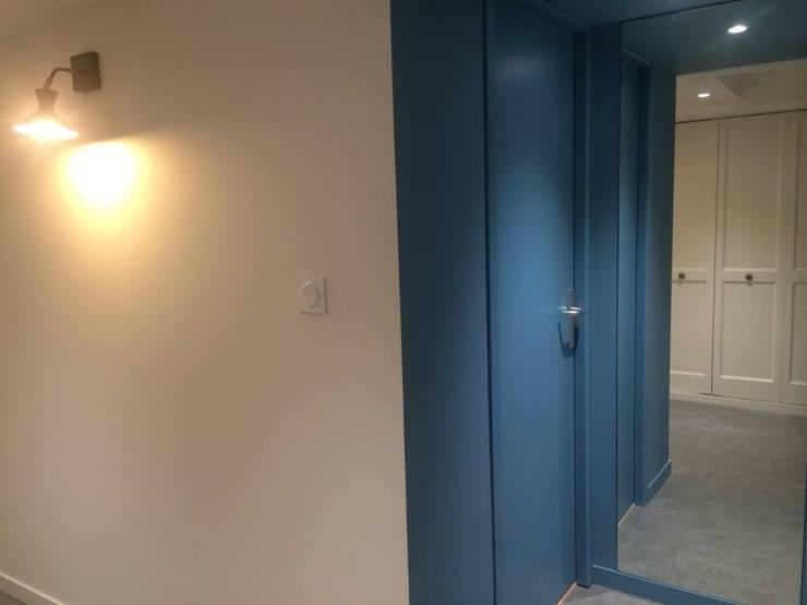 Rénovation maison Saint Cyr au Mont d'Or :  Corridor & hallway by Pepper Butter
