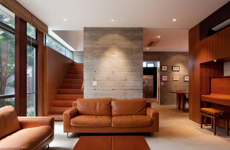リビングルーム: 山崎壮一建築設計事務所が手掛けたリビングです。