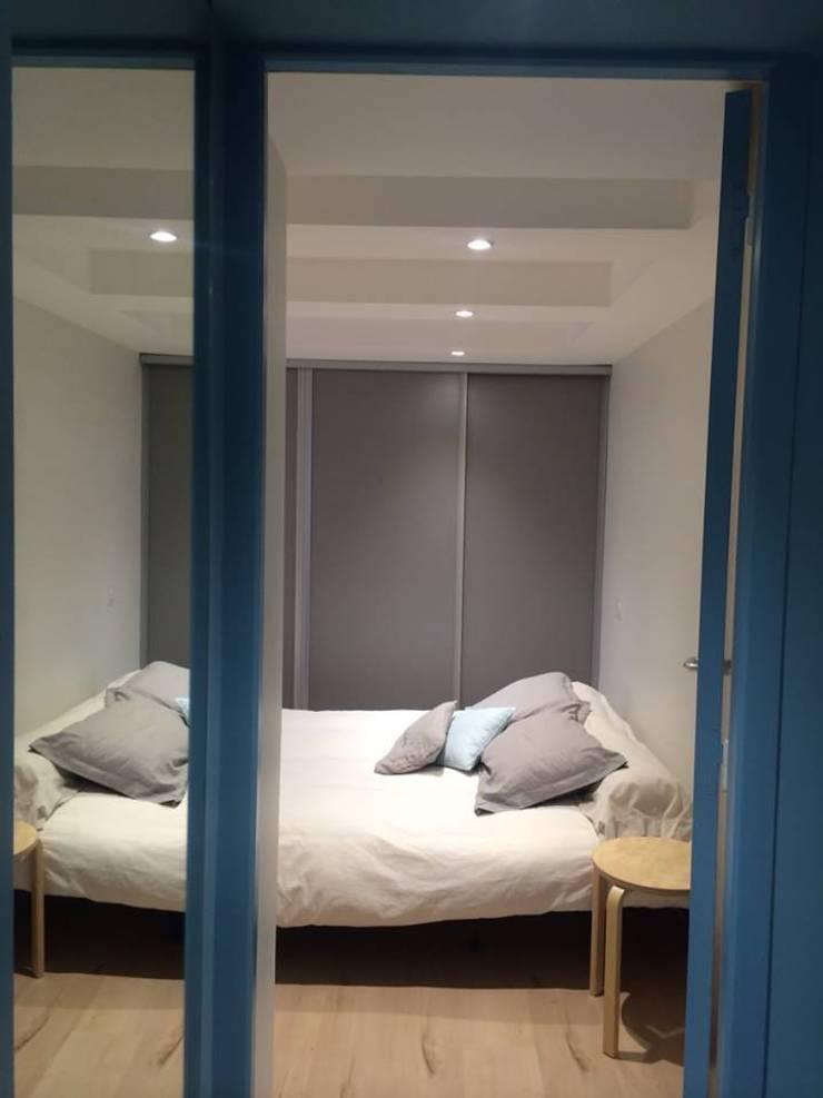 Rénovation maison Saint Cyr au Mont d'Or :  Bedroom by Pepper Butter