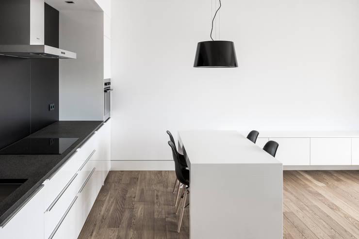 Projekt wnętrza mieszkanie w Warszawie M2-42M: styl , w kategorii Jadalnia zaprojektowany przez OneByNine