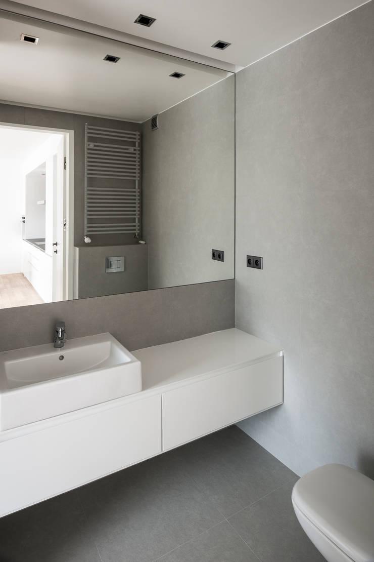 Projekt wnętrza mieszkanie w Warszawie M2-42M: styl , w kategorii Łazienka zaprojektowany przez OneByNine