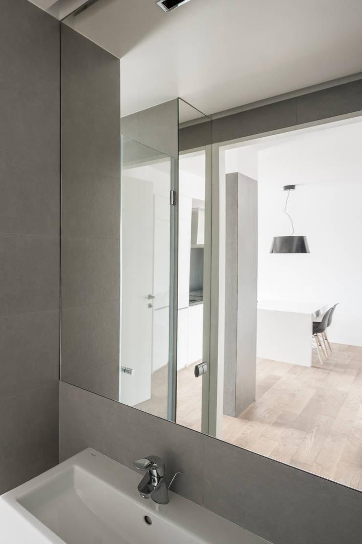 Projekt wnętrza mieszkanie w Warszawie M2-42M: styl , w kategorii Korytarz, przedpokój zaprojektowany przez OneByNine
