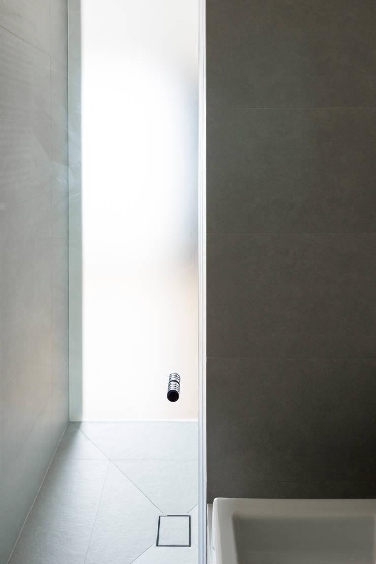 Projekt wnętrza mieszkanie w Warszawie M2-42M: styl , w kategorii Okna zaprojektowany przez OneByNine