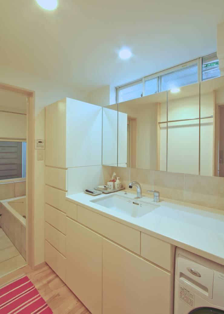 保土ヶ谷区I邸: ジェイ石田アソシエイツが手掛けた洗面所&風呂&トイレです。