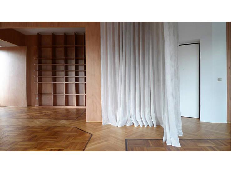 La tenda moirée ridefinisce gli spazi: Soggiorno in stile in stile Moderno di Forestieri Pace Pezzani