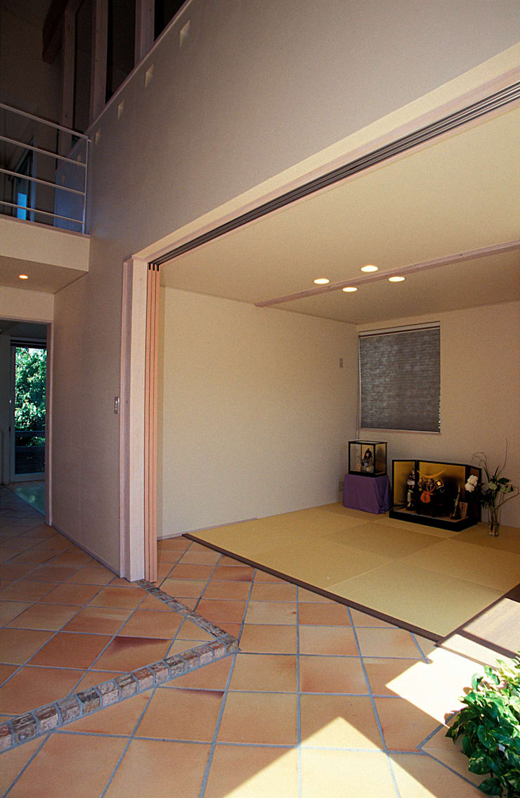 地下エントランスが楽しい家: ジェイ石田アソシエイツが手掛けた壁です。