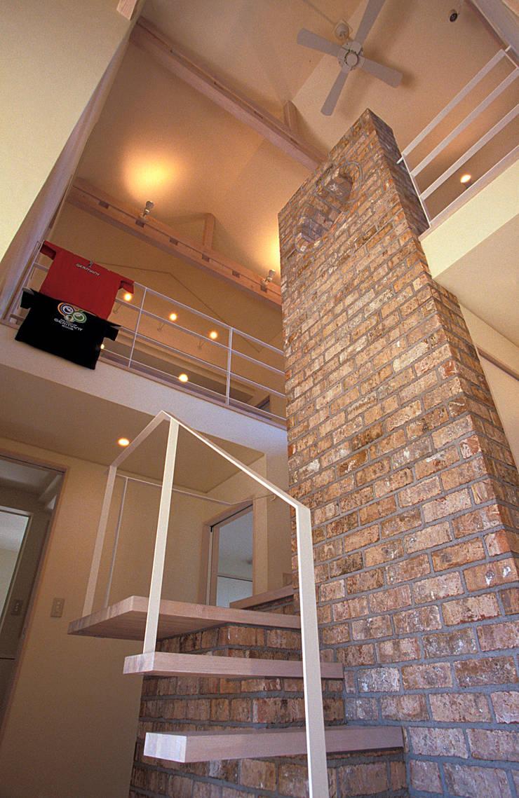 地下エントランスが楽しい家: ジェイ石田アソシエイツが手掛けた玄関&廊下&階段です。