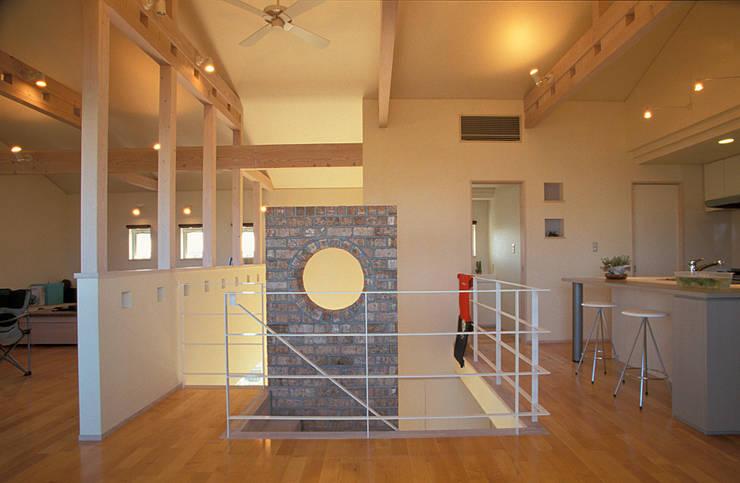 地下エントランスが楽しい家: ジェイ石田アソシエイツが手掛けたダイニングです。