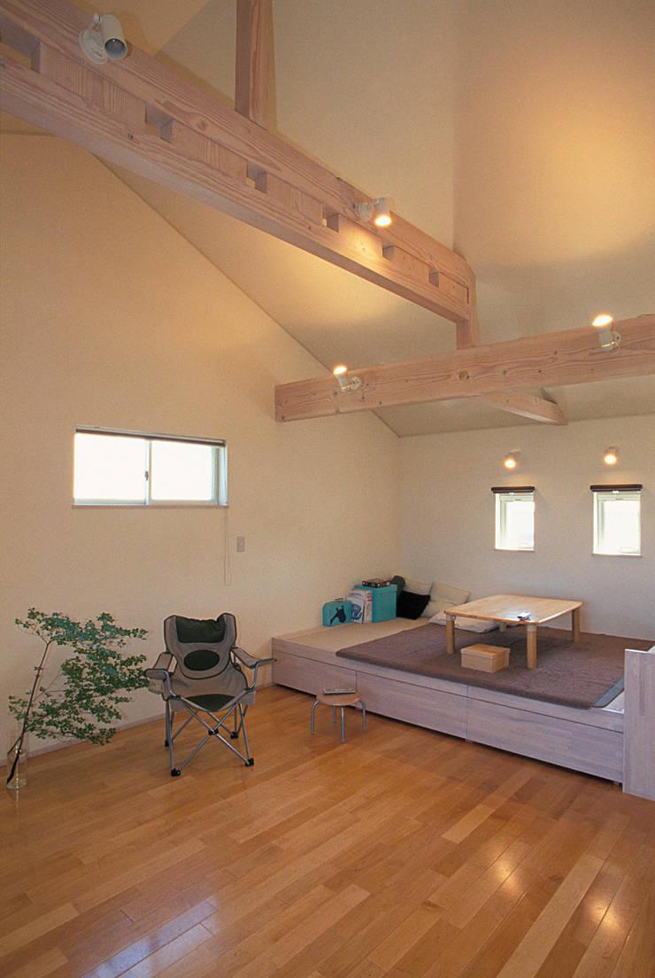地下エントランスが楽しい家: ジェイ石田アソシエイツが手掛けたリビングです。