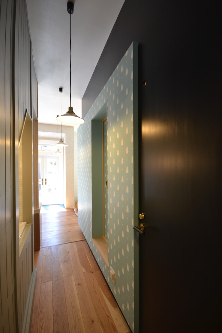 プライベートスペースよりパブリックスペースを見る: 戸田晃建築設計事務所が手掛けた廊下 & 玄関です。