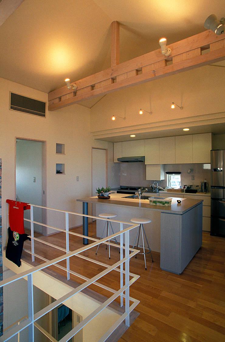 地下エントランスが楽しい家: ジェイ石田アソシエイツが手掛けたキッチンです。