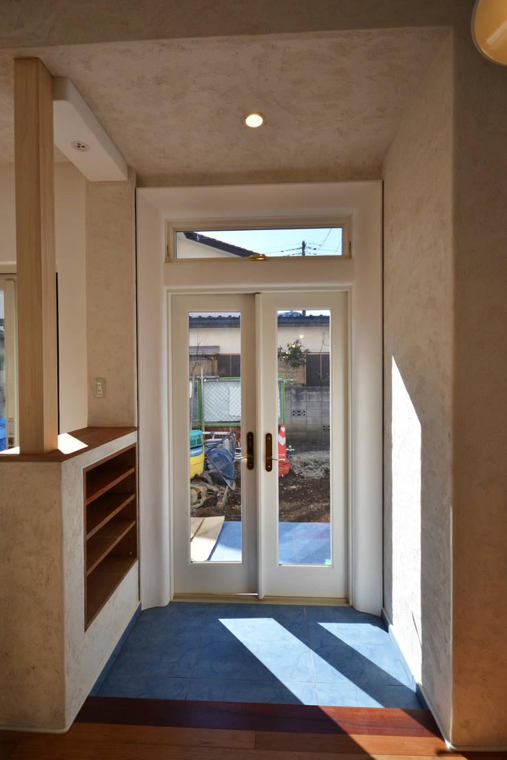 景色を切取って楽しむ: 戸田晃建築設計事務所が手掛けた窓です。,カントリー