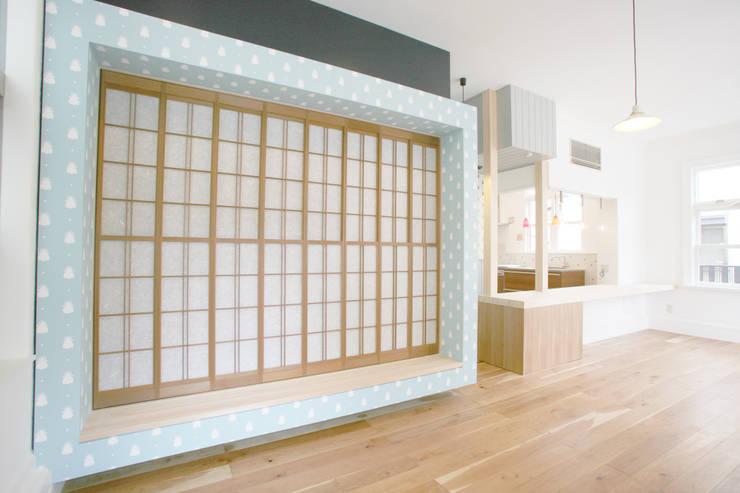 家の中の縁側: 戸田晃建築設計事務所が手掛けた寝室です。,和風