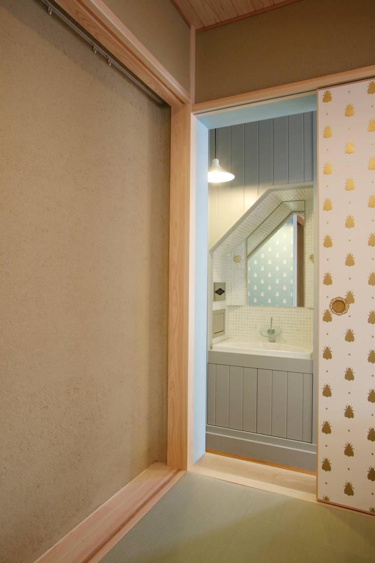 洗面スペース: 戸田晃建築設計事務所が手掛けた浴室です。,カントリー
