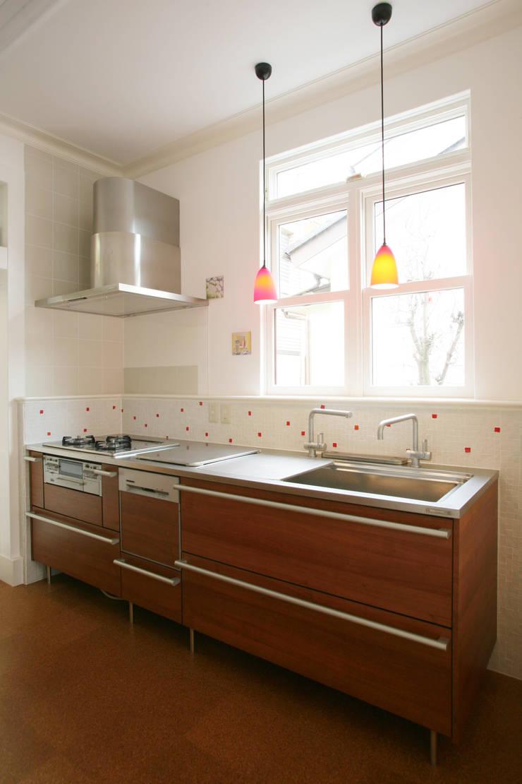 明るく開放的なキッチン: 戸田晃建築設計事務所が手掛けたキッチンです。,カントリー