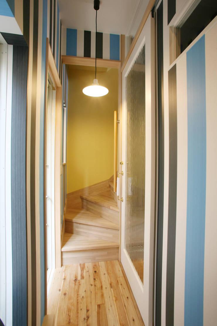 もう一つの玄関: 戸田晃建築設計事務所が手掛けた廊下 & 玄関です。