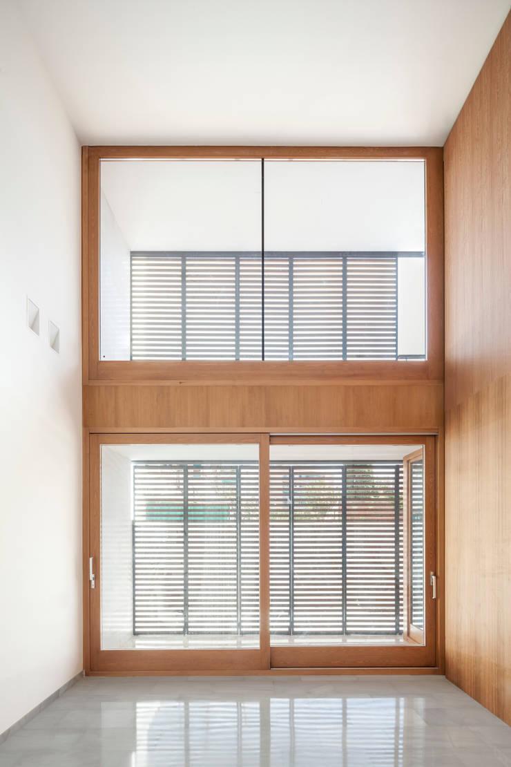Casa CP: Ventanas de estilo  de Alventosa Morell Arquitectes