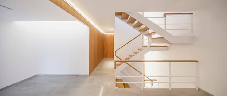 Projekty,  Korytarz, przedpokój zaprojektowane przez Alventosa Morell Arquitectes