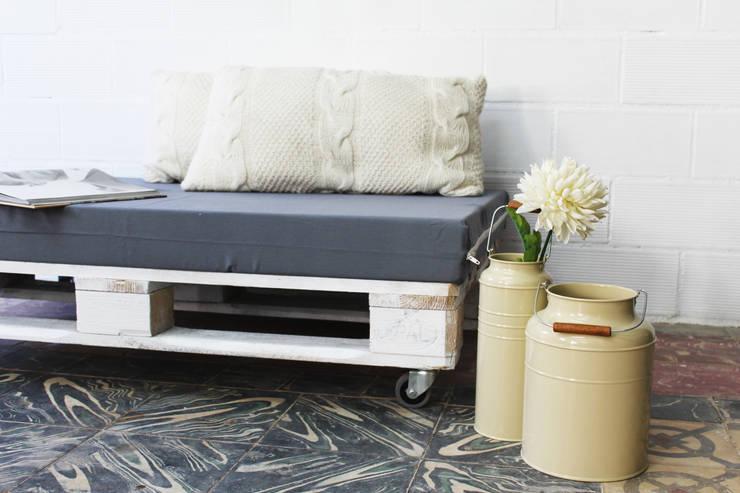 ANETO puf palets 120x80cm: Jardín de estilo  de ECOdECO Mobiliario