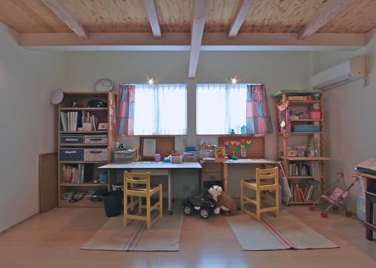Stanza dei bambini in stile in stile Classico di ジェイ石田アソシエイツ