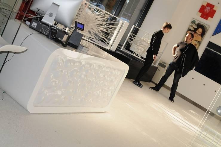 Mito: styl , w kategorii Pomieszczenia biurowe i magazynowe zaprojektowany przez This is minimal