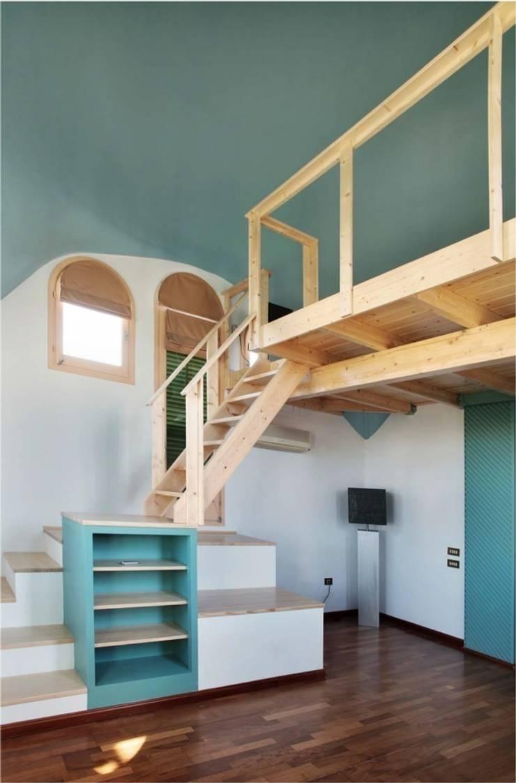 Mueble/escalera de acceso al altillo: Dormitorios de estilo  de mobla manufactured architecture scp