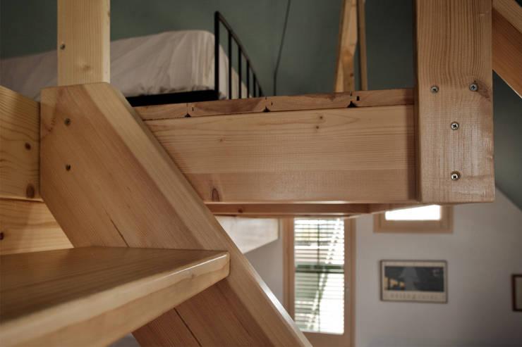Detalle escalera: Dormitorios de estilo  de mobla manufactured architecture scp