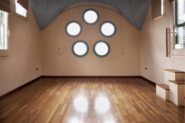 Salón de apartamento en cúpula de edificio: Salones de estilo  de mobla manufactured architecture scp