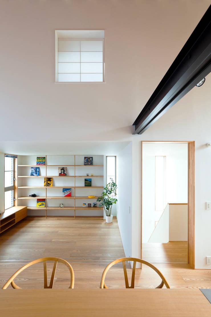 鎌倉の家: 望月建築アトリエが手掛けたリビングです。