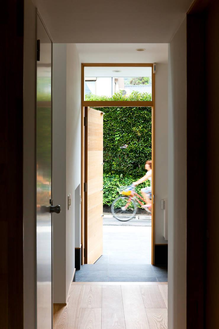 鎌倉の家: 望月建築アトリエが手掛けた窓です。